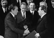 [남기고 싶은 이야기] '공포의 균형'으로 핵전쟁 막으려던 닉슨, 롱 교수에 SOS