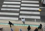 """""""도로바닥에 웬, 신호등?""""…위험천만 '스몸비' 사고 예방"""