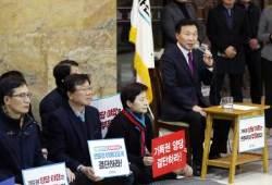 """[포토사오정]단식농성 중인 손학규 """"무릎 불편해 의자에 앉아 투쟁"""""""