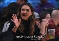 [화보] 제시카 알바, 네 번째 손가락에 반지..'농구장 포착'