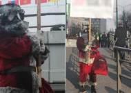 폴란드 거리에 등장한 검은산타…손에는 한국어 팻말이