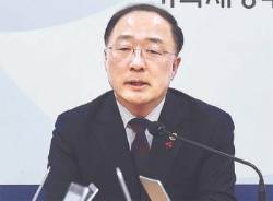 """홍남기 취임 일성 """"최저임금 보완…김수현 매주 만나겠다"""""""