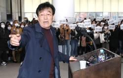 """'제자 <!HS>성추행<!HE>' 의혹 하일지 재판에…""""키스 인정하나 동의 하에"""" 혐의 부인"""