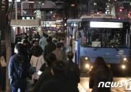 30분간 강남대로에 택시 6대…퇴근길 시민들 '발 동동'