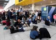 英공항 활주로에 드론 2대 난입…11만명 발 묶이며 대혼란