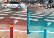 '스몸비' 교통사고 막자…바닥서 번쩍이는 신호등 화제