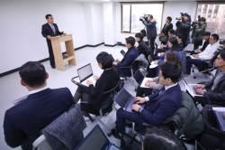 """김태우 변호인 """"미꾸라지 변호 맡아…靑 압수수색 하라"""""""