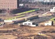 [사진] 왼쪽 남한 열차, 오른쪽 북한 열차 … 철도 연결 착공식
