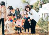 [issue&] 이어룡 <!HS>회장<!HE>, 복지시설 찾아 사랑의 성금 전달 … 15년째 기업 이윤 사회환원