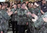 """훈련병들 만난 문 대통령 """"고무신 거꾸로 신지 않도록 정부도 노력"""""""