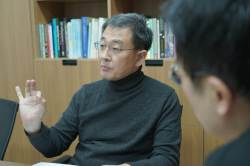 "[<!HS>폴인인사이트<!HE>] 스탠포드 MBA가 JTBC 뉴스룸을 주목한 이유… ""붉은 여왕 전략으로 레드오션 돌파"""