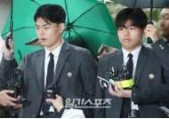 [투데이IS] '더이스트라이트 폭행' 이석철 형제, 검찰 고소인 조사 출석