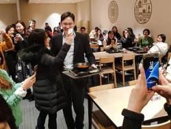 [서소문사진관]<!HS>이재용<!HE> 구내식당서 직원들과 셀카, 이런 모습 처음이야