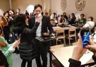 [서소문사진관]이재용 구내식당서 직원들과 셀카, 이런 모습 처음이야