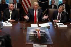 """트럼프, """"제재가 오고 있다"""" 포스터로 대북 메시지 알렸다"""