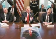 """트럼프 """"김정은의 멋진 편지 받았다""""…그 앞엔 제재 포스터"""