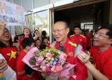 [서소문사진관]박항서, 베트남 교민들의 생일 축하받으며 UAE 아부다비 도착