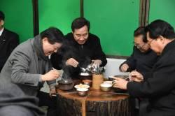 """이낙연 총리, 송해와 '2000원 국밥'점심…""""삶의 <!HS>현장<!HE> 계속 찾겠다"""""""