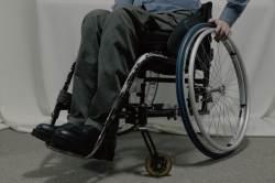 휠체어 탄 아버지···찍찍이 신발 대신 특별한 '구두' 만든 아들