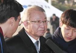 [<!HS>서소문사진관<!HE>] 양승태 전 대법원장 검찰 출두에 긴 우산까지 등장한 이유