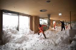 [<!HS>서소문사진관<!HE>]호텔 안에서 제설 작업? 폭설로 뒤덮힌 유럽