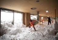 [서소문사진관]호텔 안에서 제설 작업? 폭설로 뒤덮힌 유럽