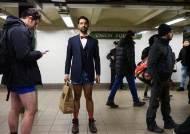 창피하지 않아요~ 전 세계 축제가 된 '바지 벗고 지하철 타기'