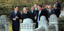 [서소문사진관] 문 대통령과 재계 총수, 초미세먼지에도 청와대 산책