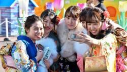 [<!HS>서소문사진관<!HE>]옷 한벌 위해 1년 동안 허리띠 졸라맨다. 화려한 일본의 성년식