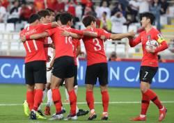 '혹사논란' 손흥민 선발 적중, 중국에 전반 1-0 리드