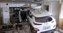 제주서 전기車, 식당 건물로 돌진…3명 중상