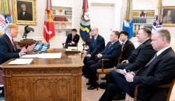 삐딱해진 김영철…트럼프 '결단의 책상' 1년 전과 비교해보니