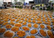 [서소문사진관] 월미도서 치킨 3000마리 치맥파티하던 유커, 이번엔 방콕서 4500kg 망고파티 즐겨