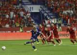 박항서호, <!HS>VAR<!HE>에 웃다 울었다…후반 PK 허용, 일본에 0-1