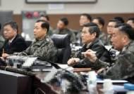 """해군작전사 찾은 정경두 장관…""""日 위협비행, 강력 대응"""" 지시"""