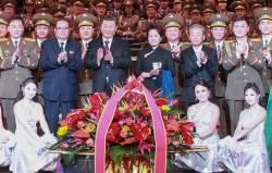 [<!HS>서소문사진관<!HE>]시진핑<!HS>,<!HE> 북한 예술단 공연보고<!HS>,<!HE> 무대서 기념촬영