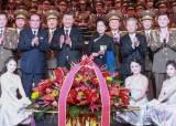 [서소문사진관]시진핑, 북한 예술단 공연보고, 무대서 기념촬영