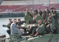 [서소문사진관] 장갑차 올라탄 마두로 대통령, '군 통수권자는 나야 나'