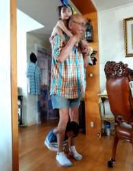 할아버지와 손주 커플룩… 춤추며 노는 우린 친구