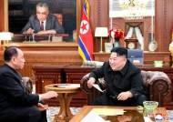김정은 집무실 1년 전과 비교해보니…리모델링? 선전용 집무실?