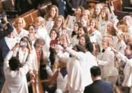 """트럼프 미국제일주의…공화 """"USA"""" 환호, 민주당은 흰옷 항의"""