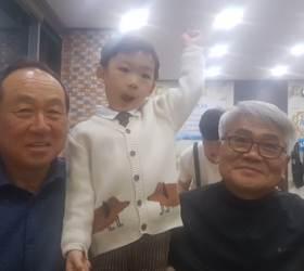 """""""우리 손자 최고"""" 어린이집 발표회에 할아버지 출동"""