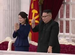 [서소문사진관]건군절 공연 관람한 김정은 엄지척, <!HS>이설주<!HE>는 기립 박수