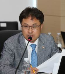 """김정우 의원 <!HS>성추행<!HE> 혐의 경찰 피소…김정우 """"사과 빌미로 협박"""" 맞고소"""