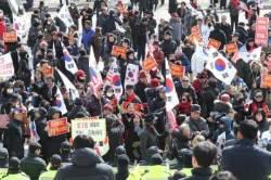 """장외 떠돌던 태극기부대···""""8000명 한국당 입당"""""""