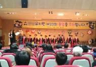 졸업식서 받은 상장 7개, 가방에 쑤셔넣은 아이의 슬픔