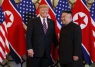 """김정은 만난 트럼프, 종전선언 """"지켜보자""""…비핵화 후퇴 """"아니다"""""""
