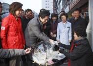 남대문시장 찾은 황교안 대표, 김밥 먹고 주머니에서 꺼낸 건?