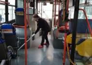 일자리 잃고, 월급 못 받고도 시내버스 청소하는 근로자들