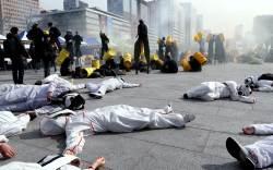 """<!HS>후쿠시마<!HE> 원전사고 8주기 행진…""""핵, 무책임한 발전"""""""